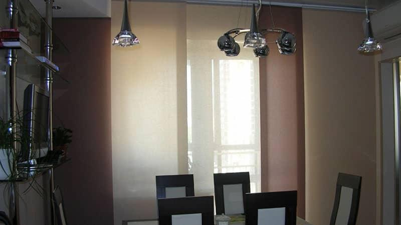 Стильные шторы на кухню с балконом в японском стиле