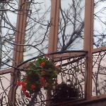 Современный французский балкон с ковкой