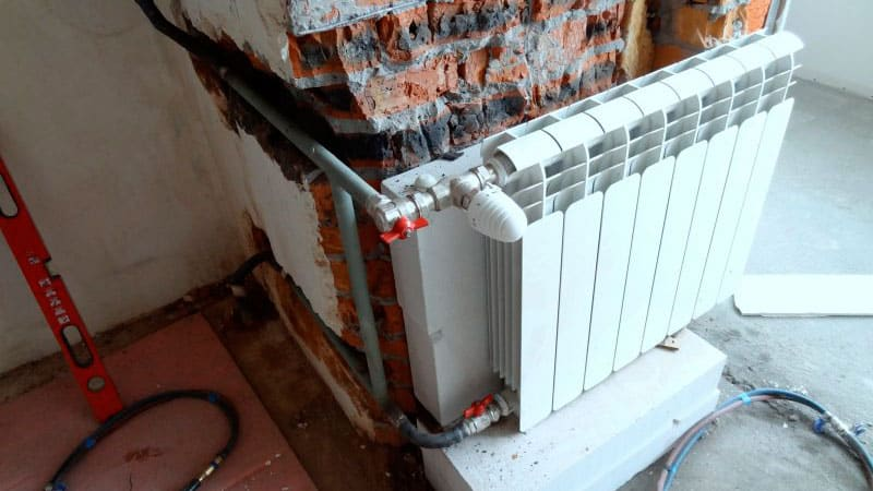 Фото - перенос радиатора отопления на балкон.
