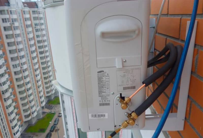 Установка кондиционера на застекленной лоджии и балконе.