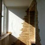 Декоративный камень в качестве отделки балкона