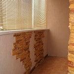 Отделка балкона штукатуркой и камнем