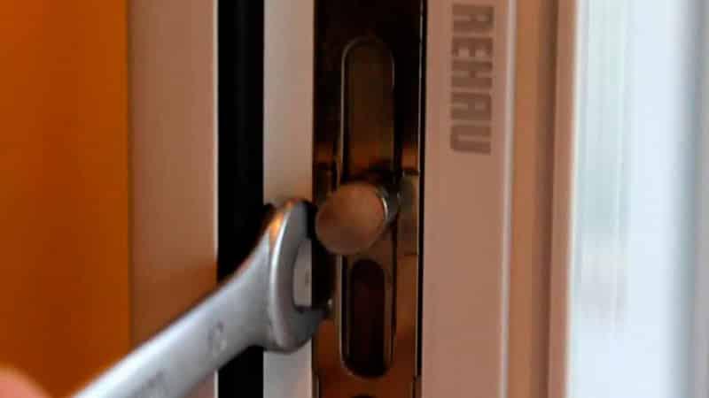 Как отрегулировать пластиковую дверь на балкон