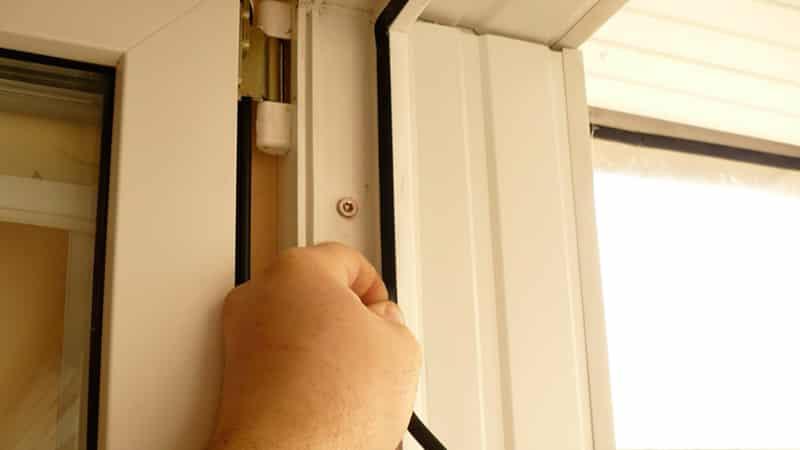 Регулировка пластиковой двери балкона