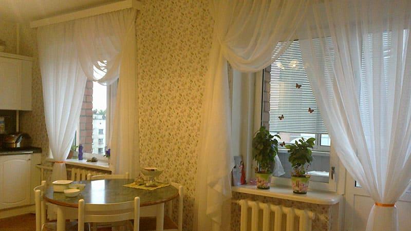 Шторы на кухню с балконной дверью: красивые фото дизайна зан.