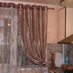 Фото штор на кухню с балконной дверью