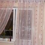 Оформление окна с балконом шторами