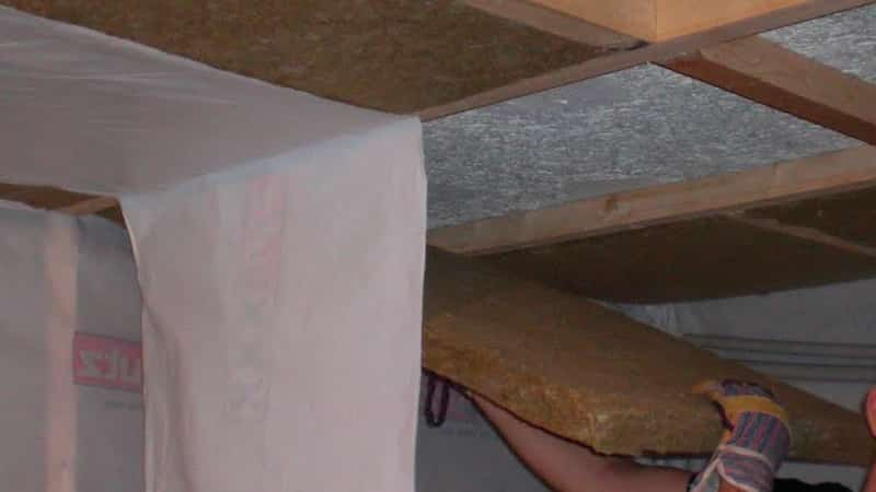 Утепление потолка на балконе своими руками минеральной ватой.