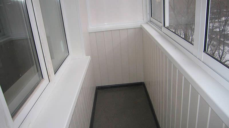 Установка пластикового подоконника на балконе