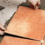 Фото процесса работы с керамической плиткой на балконе