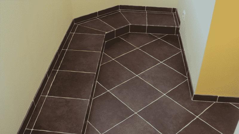Вариант отделки балкона плиткой по диагонали