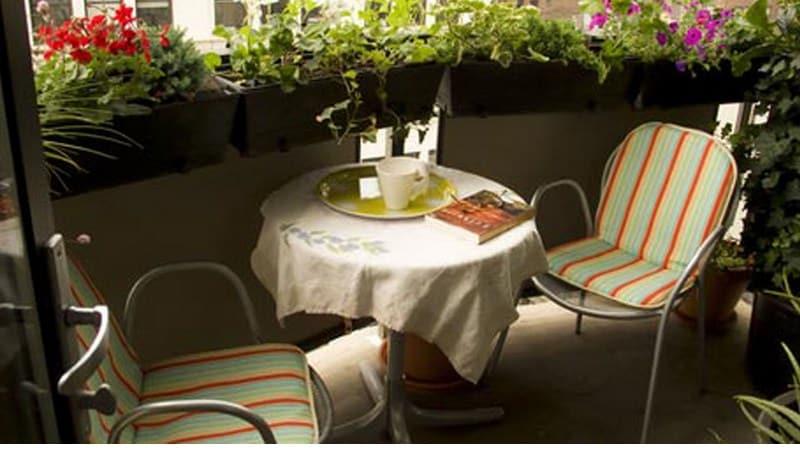 Дизайн узкого балкона с садовой мебелью