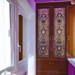 Восточная роскошь в дизайне длинного узкого балкона