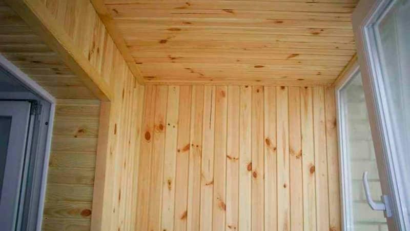 Балкон в отделке из деревянной вагонки