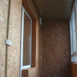Отделка стен балкона пробкой