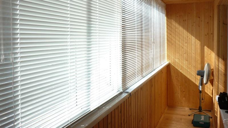 Жалюзи или шторы на балкон