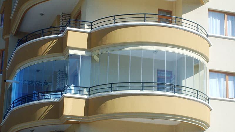 Остекление необычных конструкций балкона