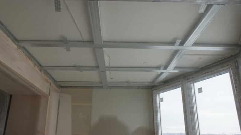 Какой потолок сделать на балконе: натяжной, реечный, подвесн.