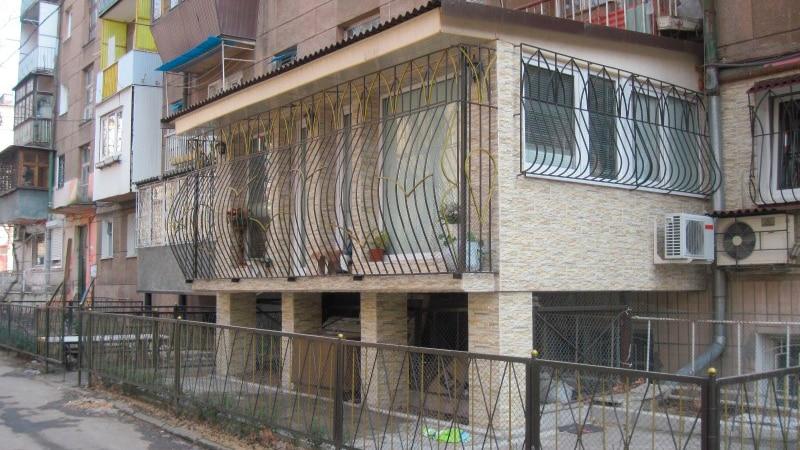 Как построить балкон на первом этаже