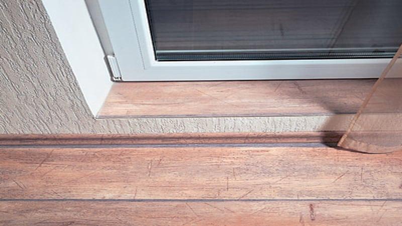 Бетонный порог у балконной двери