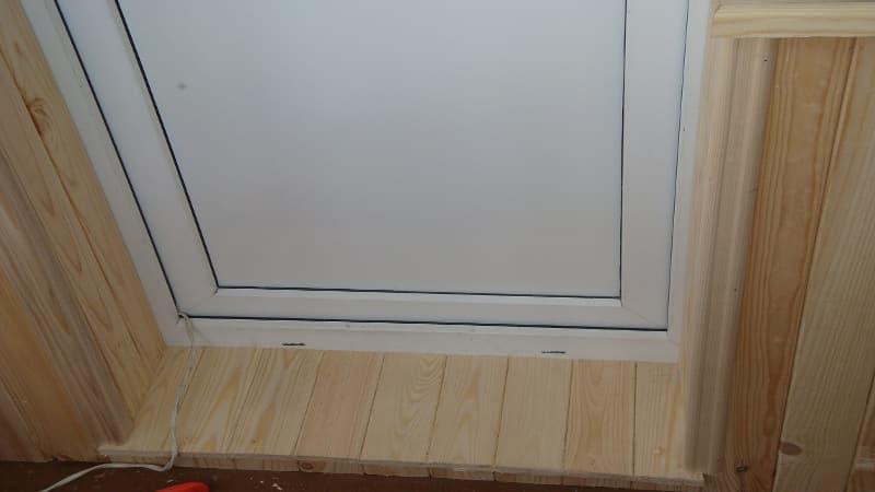 Деревянный порог у балконной двери