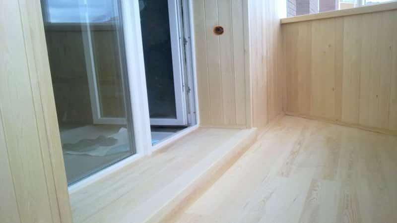 Деревянный порог на балкон