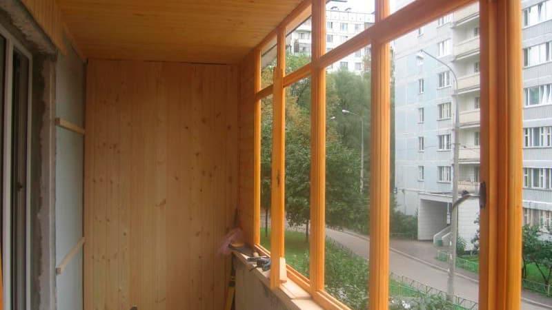 Как застеклить балкон деревом
