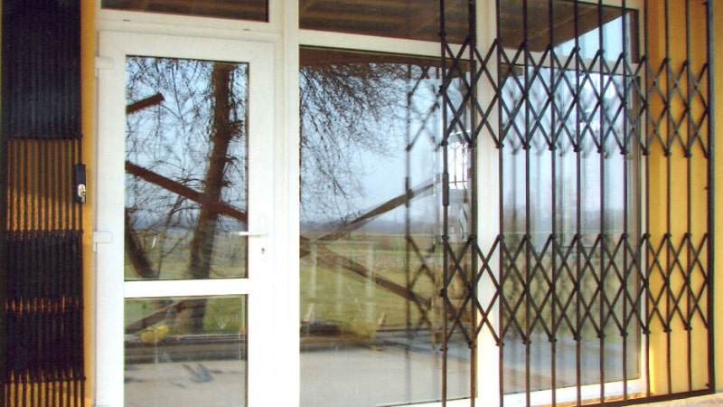Раздвижные решетки на двери