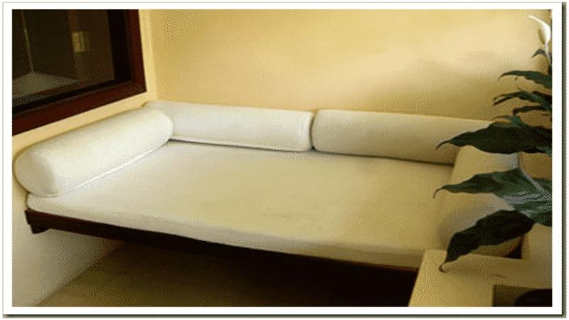 Деревянная скамейка на балконе с обшивкой