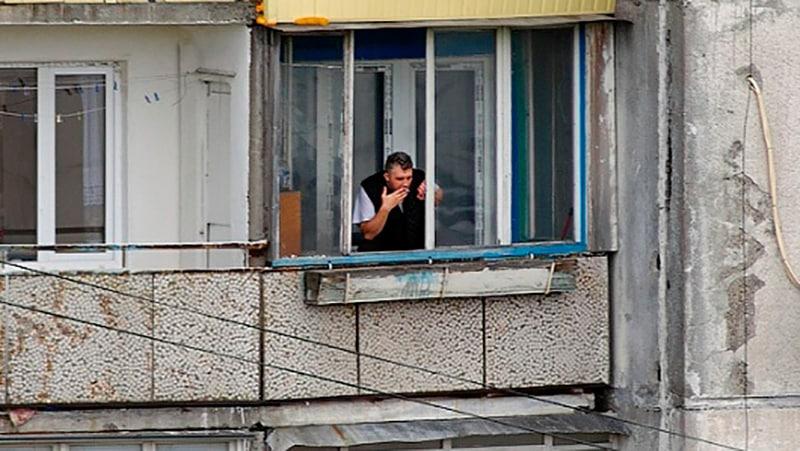 Соседи курят на балконе