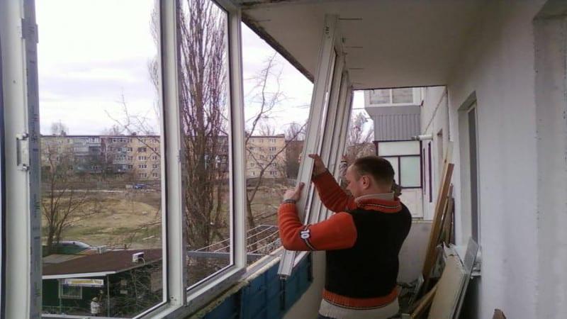 Инсталиране на плъзгащи се прозорци на балкона.