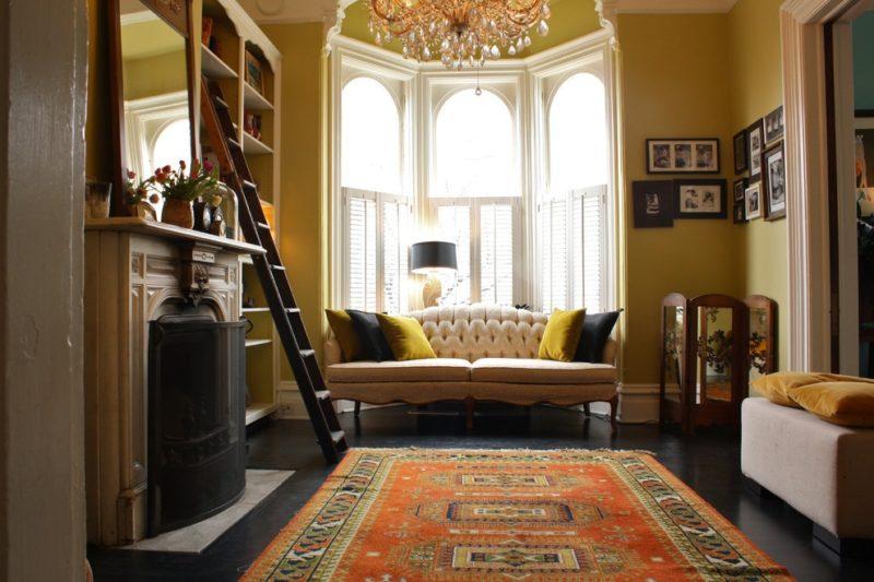 дизайн гостиной с камином с эркером