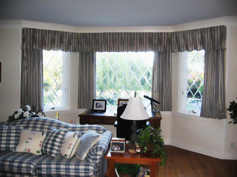 Gordijnen op een erker van drie ramen foto