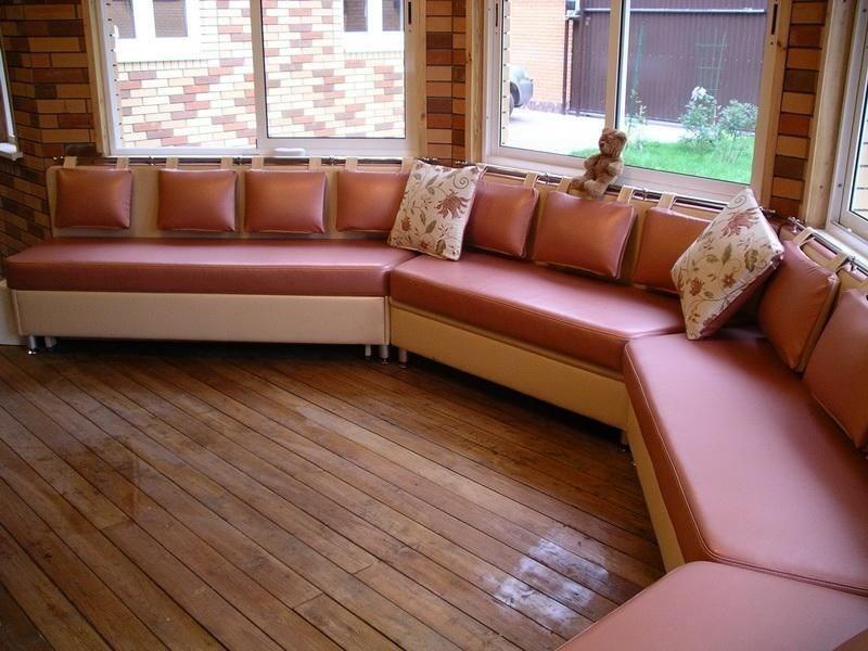 диван в эркер в гостиной